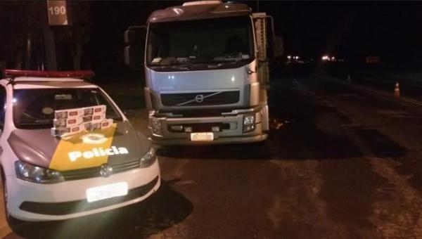 Caminhão é encontrado com dezenas de caixas de cigarros contrabandeados em Piraju (Foto: Divulgação/Polícia Rodoviária)