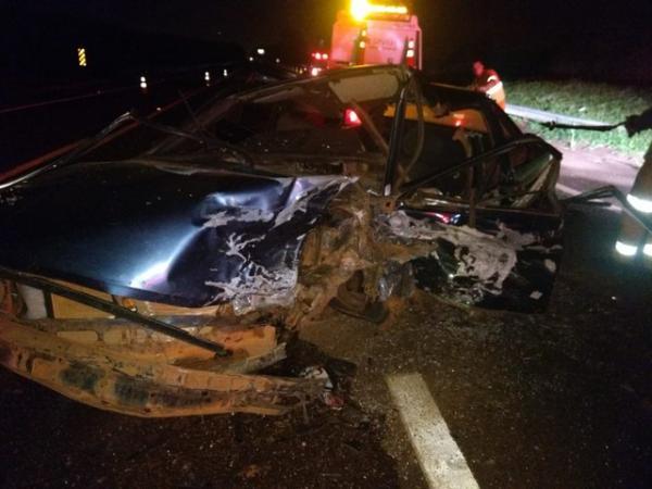 Colisão frontal entre carros mata um e deixa quatro feridos em rodovia de Avaré — Foto: Divulgação/Corpo de Bombeiros
