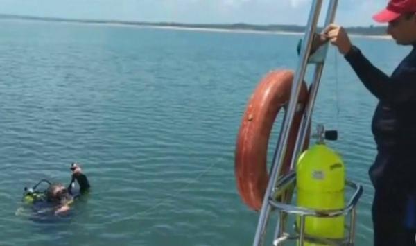Bombeiros retomam buscas por homem que desapareceu após lancha afundar em represa de Itaí — Foto: Reprodução/TV TEM