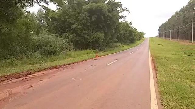 Idoso andava de bicicleta às margens da Rodovia Osni Mateus, em Cerqueira César (SP) — Foto: Corpo de Bombeiros/Divulgação