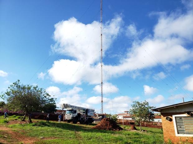 Torre sendo retirada do terreno. (Foto: Valnei Santos).