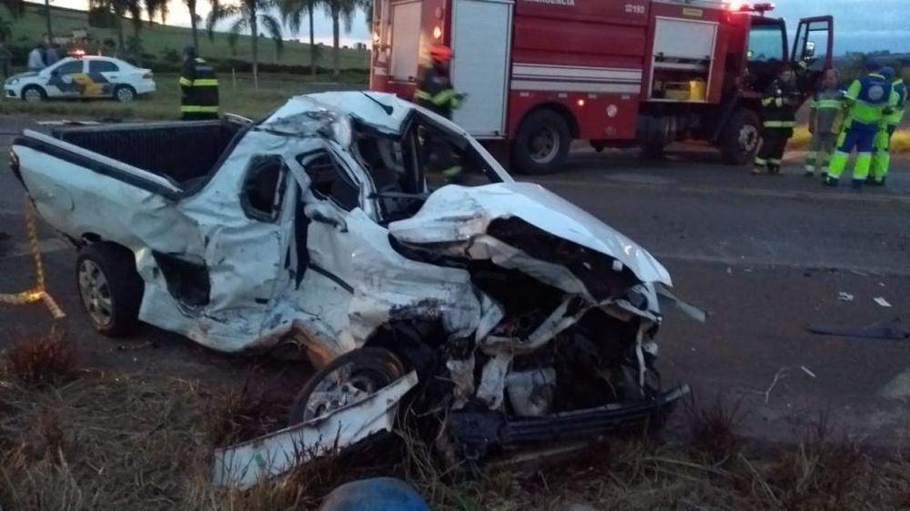 Carro ficou destruído após colisão em rodovia de Itaí (SP) — Foto: Corpo de Bombeiros/Divulgação