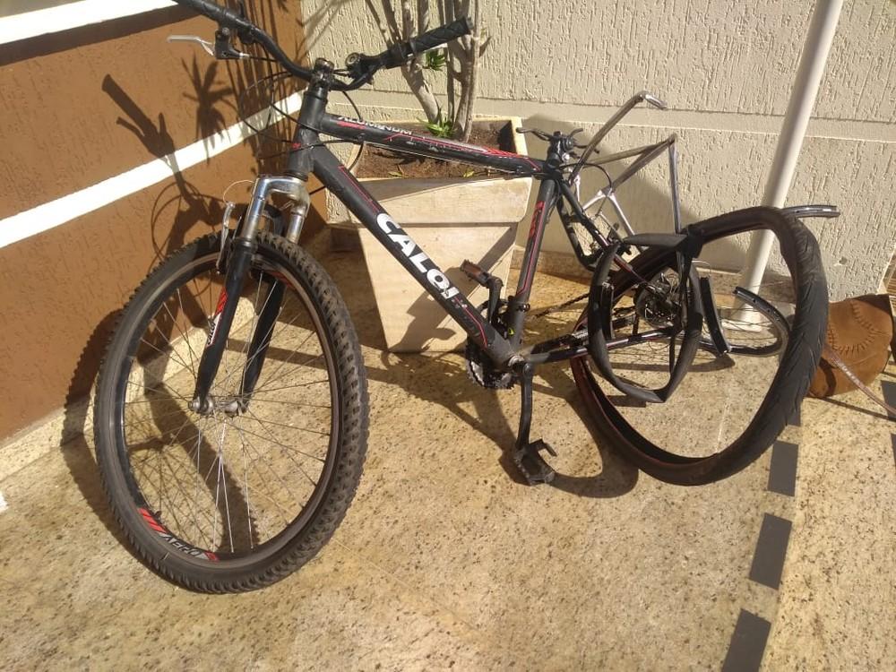 Bicicleta ficou danificada após acidente em Avaré (SP) — Foto: Reprodução/TV TEM