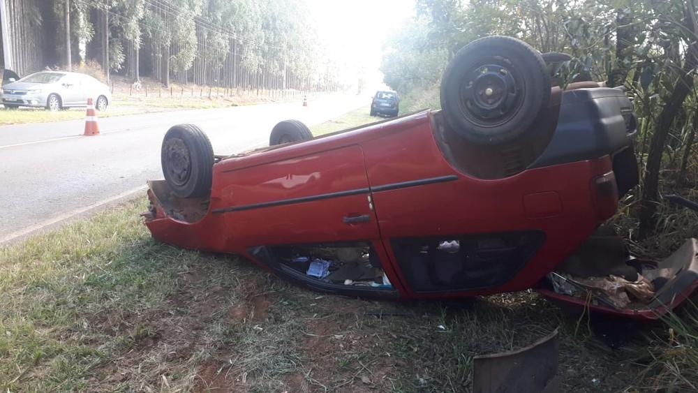 Três pessoas ficaram feridas após capotar carro em vicinal de Cerqueira César — Foto: Policia Militar/Divulgação