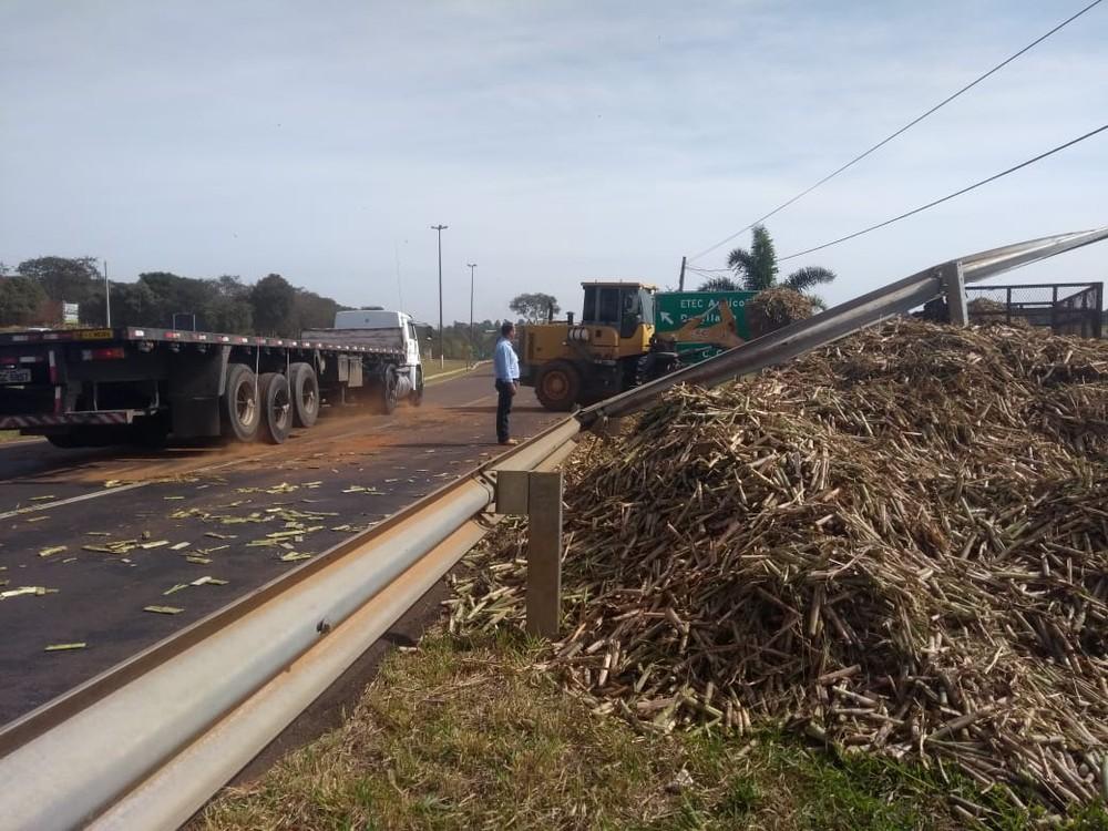 Caminhão tombou e carga de cana-de-açúcar ficou espalhada em rodovia de Cerqueira César (SP) — Foto: Rafael Honorato/TV TEM