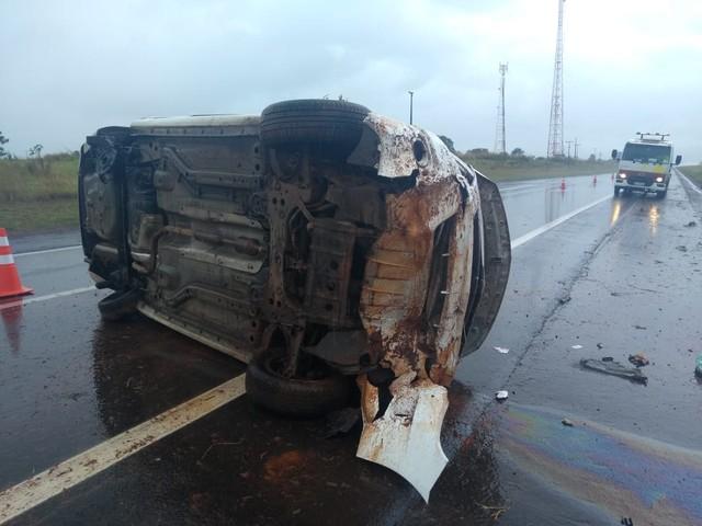Motorista perde controle de carro e capota em rodovia de Águas de Santa Bárbara