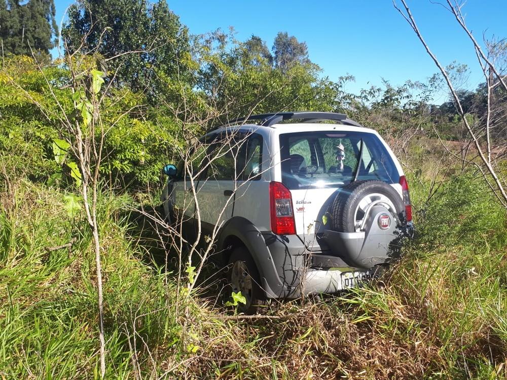 Mulher ficou ferida após perder o controle do carro e parar em matagal em Manduri (SP) — Foto: Arquivo Pessoal