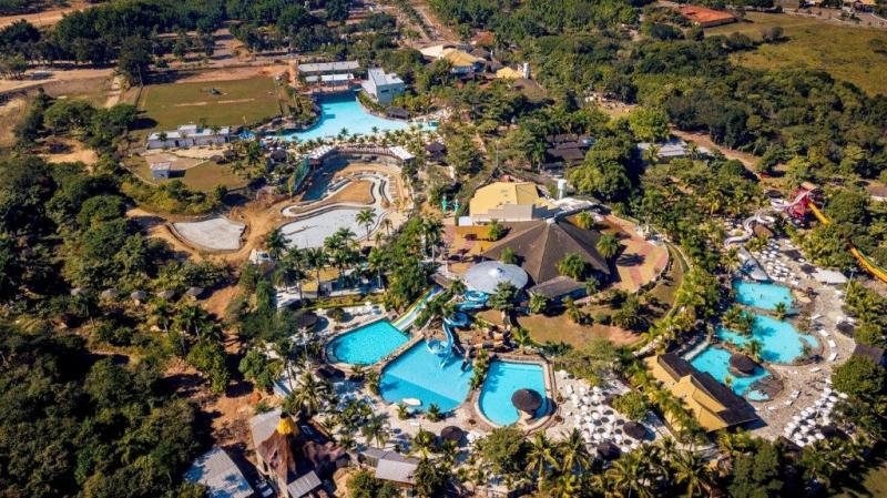 Em São Pedro, o Thermas Water Park está numa área de 4 milhões de metros quadrados, com milhões de litros de água espalhados por 13 piscinas