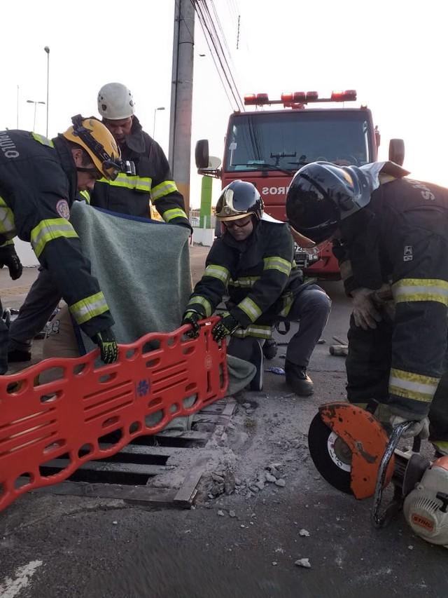 Mulher ficou com perna presa em bueiro em Avaré (SP) — Foto: Corpo de Bombeiros/Divulgação