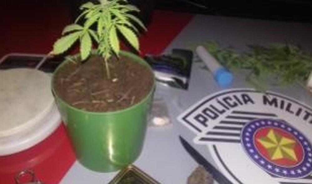 Homem é preso suspeito de tráfico de drogas em Manduri — Foto: Divulgação/Policia Militar