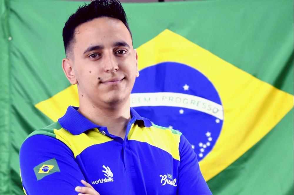 Souza retorna ao Brasil na quinta-feira (27) com o título de melhor na categoria — Foto: Senai Araraquara/Divulgação