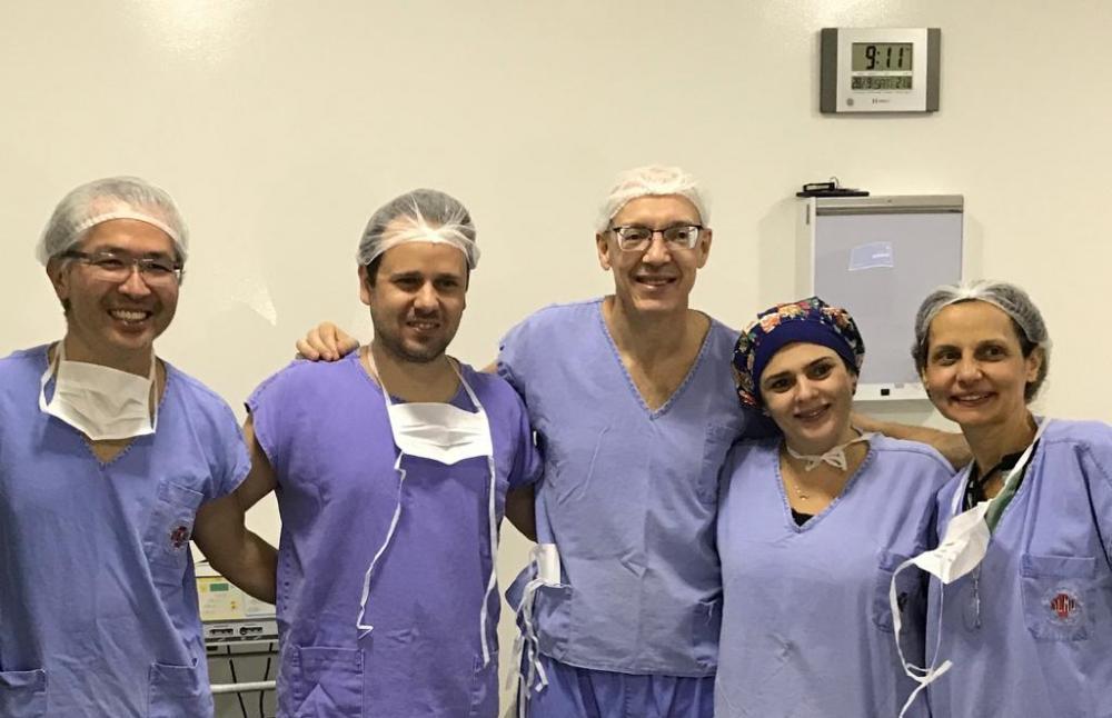 Legenda: Equipe que realizou a primeira cirurgia bariátrica laparoscópica em Avaré: (da direita para a esquerda) as anestesistas Edna e Débora, os cirurgiões Aldo Lucchesi, Lucio de Lins e Renato Aoki.