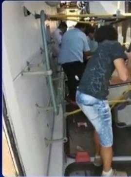 Ônibus capota e deixa dois feridos em rodovia de Paranapanema