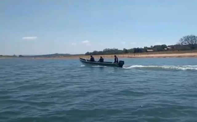 Pescadores estão sendo orientados sobre a piracema na região de Avaré (SP) — Foto: Reprodução/TV TEM