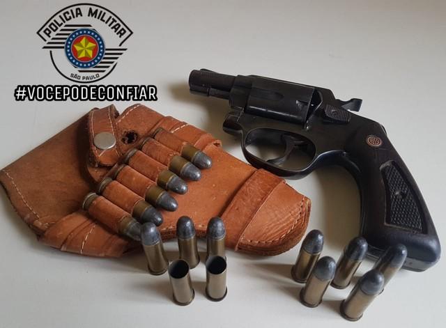 Arma e munições foram apreendidas em Avaré (SP) — Foto: Polícia Militar/Divulgação