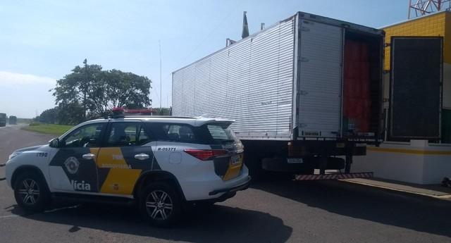 Motorista é preso transportando centenas de caixas de cigarro contrabandeado em Iaras — Foto: Policia Militar Rodoviária/Divulgação