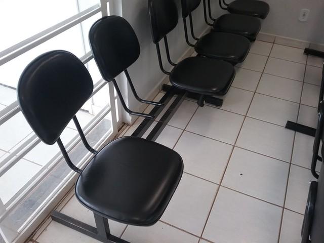 Cadeiras estavam quebradas na na UBS Ipiranga em Avaré (SP) — Foto: TCE/Divulgação