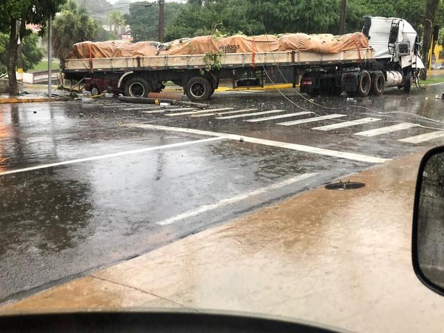 Caminhão derrubou poste e bateu em carro em Avaré (SP) — Foto: Arquivo Pessoal