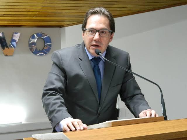 Vereador aponta para altos gastos com banheiros químicos e tendas na Prefeitura de Avaré