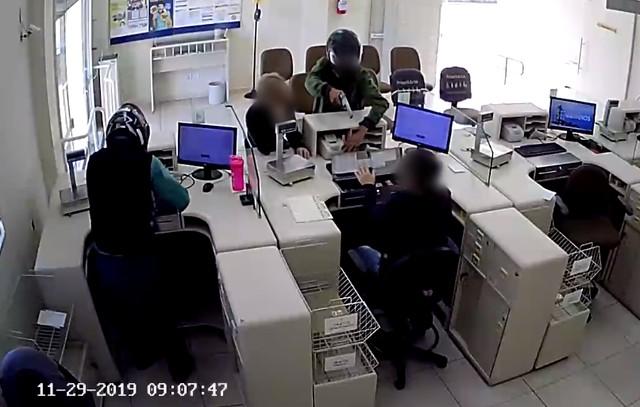 Dupla invade e assalta agência de correios em Avaré — Foto: Reprodução/Circuito de Segurança