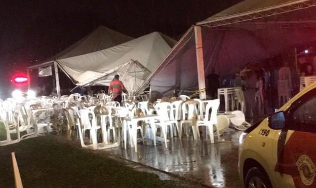 Tenda com estrutura metálica desaba durante evento em Piraju — Foto: Divulgação/Corpo de Bombeiros