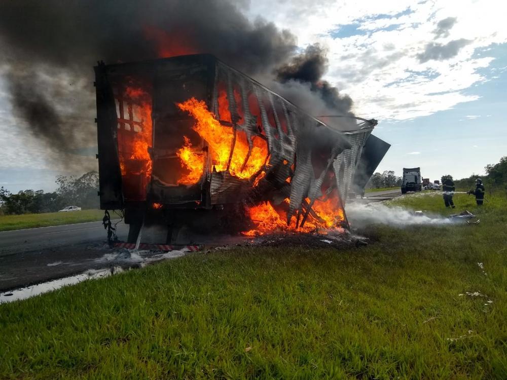Carreta fica destruída após pegar fogo na Rodovia Castello Branco — Foto: Arquivo Pessoal
