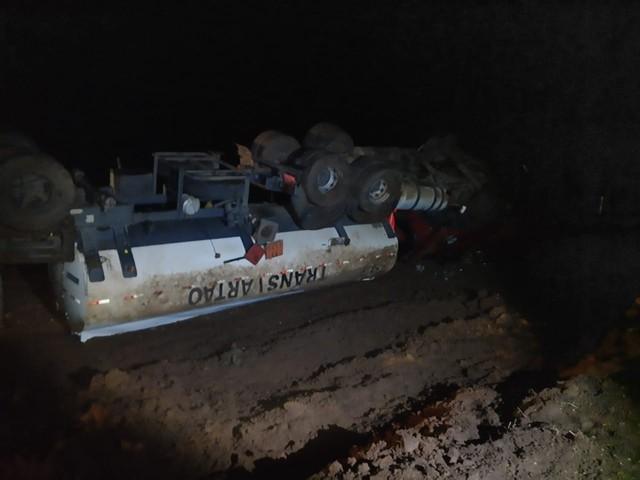 Caminhão com carga de etanol caiu em ribanceira na Raposo Tavares, em Paranapanema — Foto: Polícia Rodoviária/Divulgação