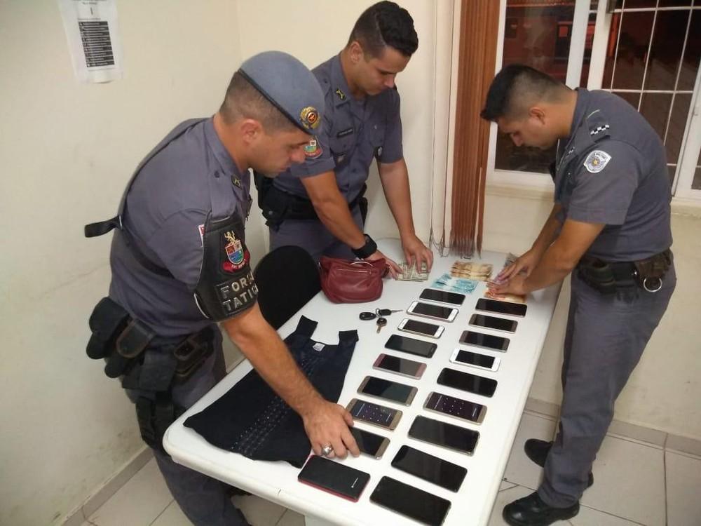 Celulares furtados em festa foram apreendidos pela PM — Foto: Polícia Militar/Divulgação