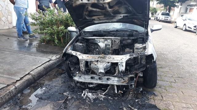 Carro pegou fogo após passar por manutenção em funilaria em Avaré (SP) — Foto: Arquivo Pessoal