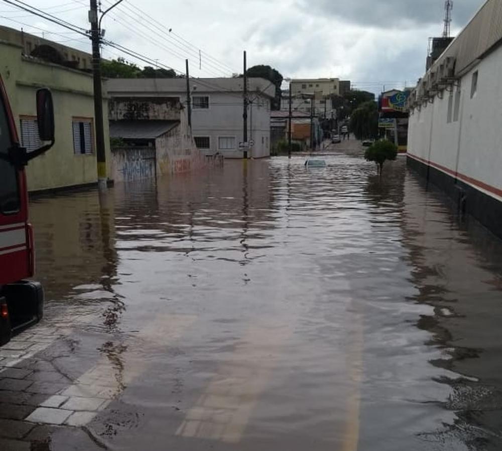 Carro ficou encoberto por água após chuva em Avaré (SP) — Foto: Arquivo Pessoal