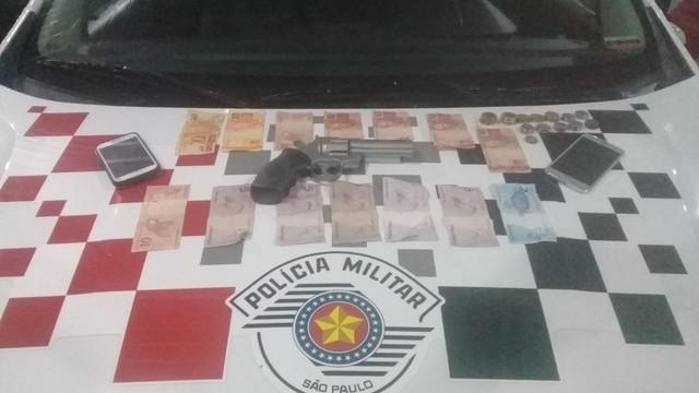 Polícia apreendeu arma de brinquedo, celulares e dinheiro em Avaré (SP) — Foto: Polícia Militar/Divulgação