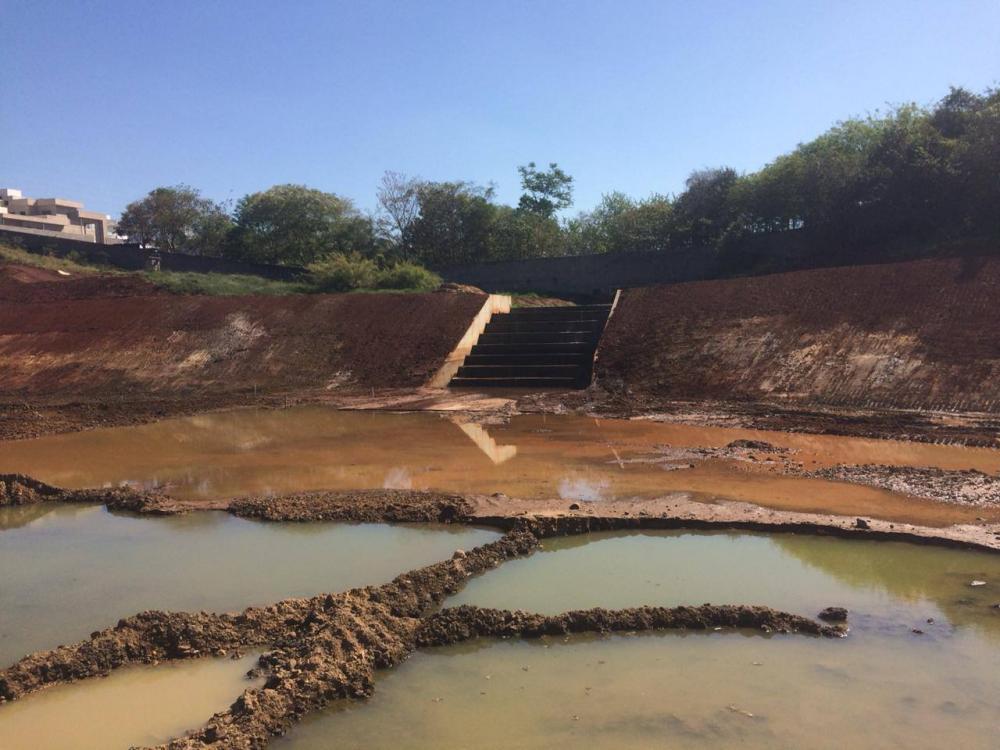 """O """"Piscinão"""" está sendo construído as margens da Rodovia Marechal Rondon, nas proximidades da empresa Caio Induscar (Fotos: Divulgação)"""