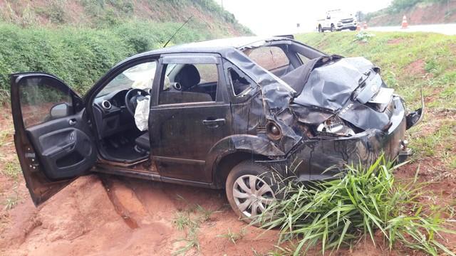 Veículo capota após motorista perder controle do volante — Foto: Corpo de Bombeiros/Divulgação