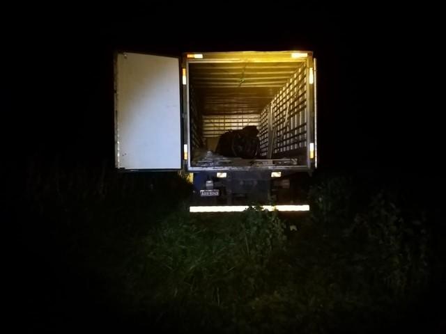 Caminhão tem carga roubada e motorista é feito refém em Paranapanema — Foto: Polícia Militar/Divulgação