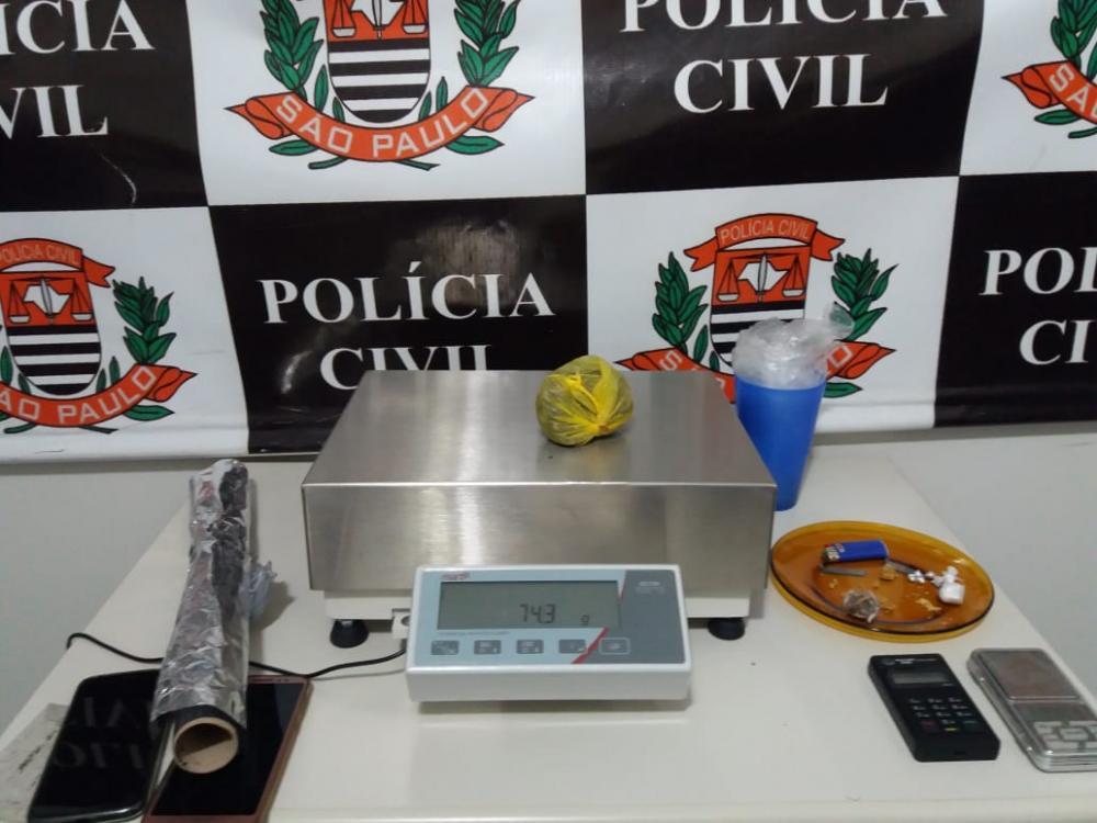 Polícia Civil prende casal de namorados por tráfico de drogas