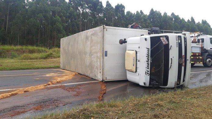 Pneu estoura e caminhão com medicamentos tomba em Avaré