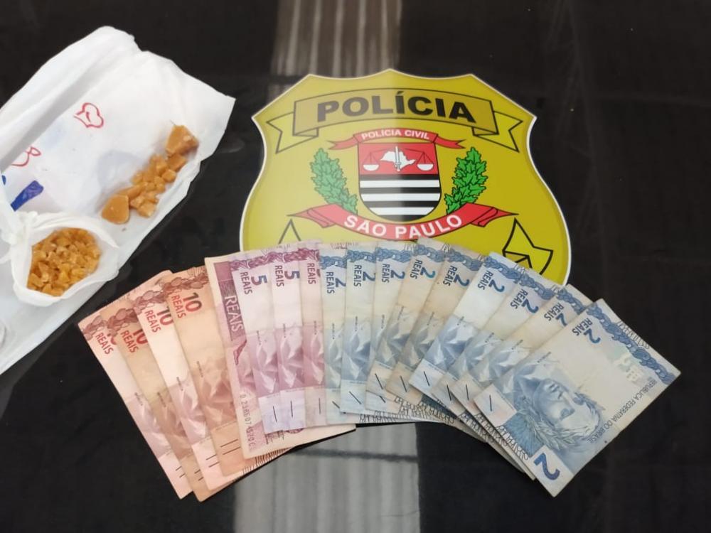 """Homem """"picava"""" crack em casa ao ser preso pela Polícia em Avaré"""