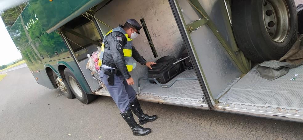 Passageira de ônibus é presa e adolescente apreendido após PM encontrar tabletes de maconha em bagagens