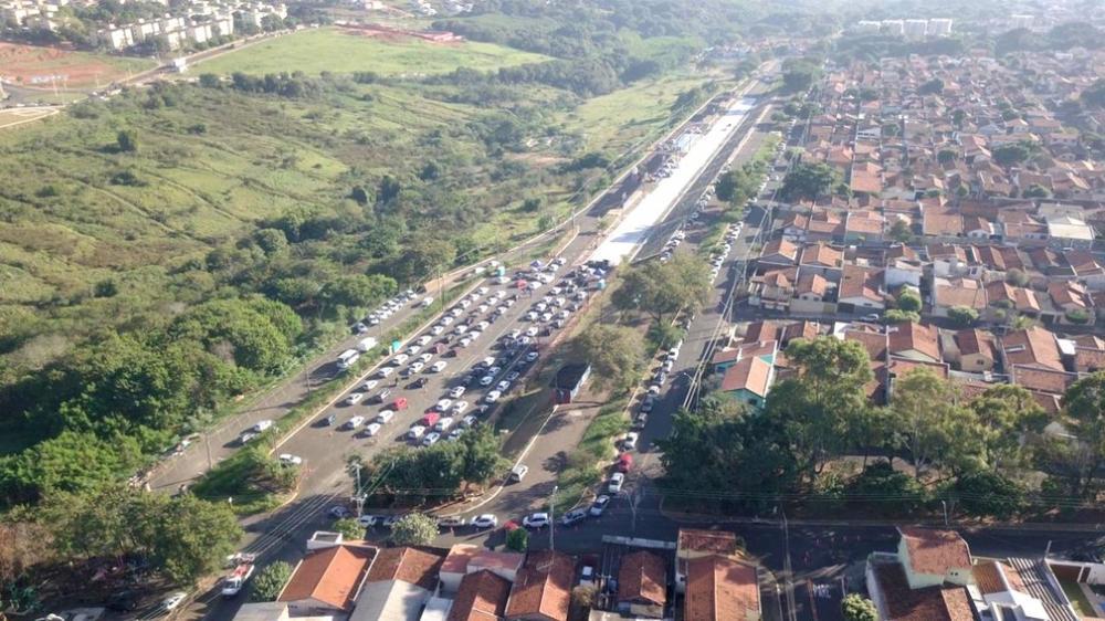 Grande congestionamento se formou na entrada do Sambódromo e testes disponíveis acabaram em uma hora — Foto: Prefeitura de Bauru/Divulgação